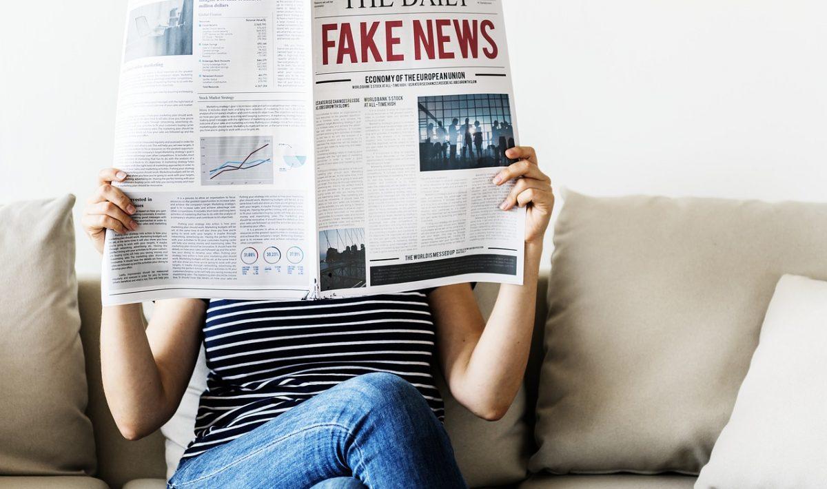 Femeie citind ziarul